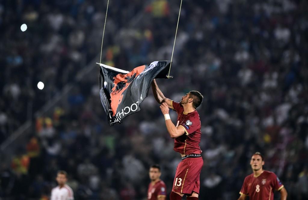 FÅ DET BORT: Serbias Stefan Mitrovic reagerer kraftig på dronen som flyr et stor-albansk flagg over stadion. Albania ble tilkjent seieren 3-0.