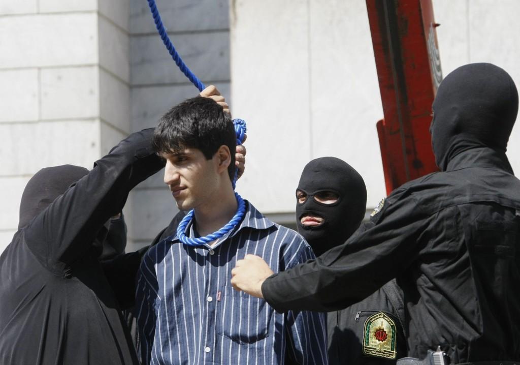 Bødlene fester og strammer løkken rundt halsen på en dødsdømt iraner under en offentlig henrettelse i Teheran i 2007. Antall henrettelser i Iran har skutt i været de siste årene.
