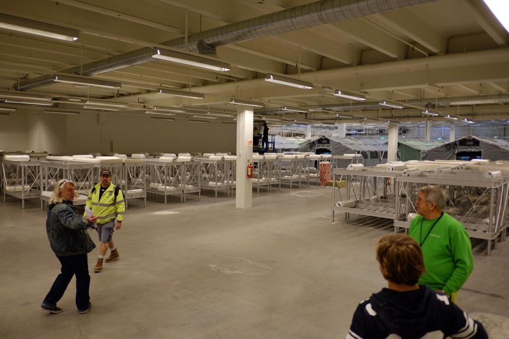 HEKTISK AKTIVITET: Mens antallet registrerte asylsøknader øker, jobbes det på spreng med å få ferdig et nytt ankomstsenter for asylsøkere i Råde i Østfold. Når det åpner, skal nesten alle asylsøkere som ankommer Norge innom her for registrering, helsesjekk og informasjon.