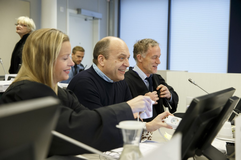 Narkotikatiltalte Gjermund Cappelen og advokat Benedict de Vibe i retten i Asker og Bærum mandag.