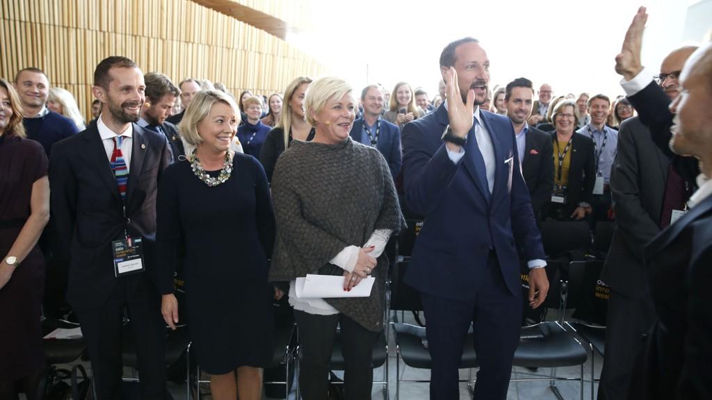 """Kronprins Haakon tok en """"high five"""" med Torgny Amdam (t.h) på åpningen av Oslo Innovation Week 2015, fra v. Hallstein Braaten Bjercke kultur- og næringsbyråd i Oslo, Næringsminister Monica Mæland og Finansminister Siv Jensen."""