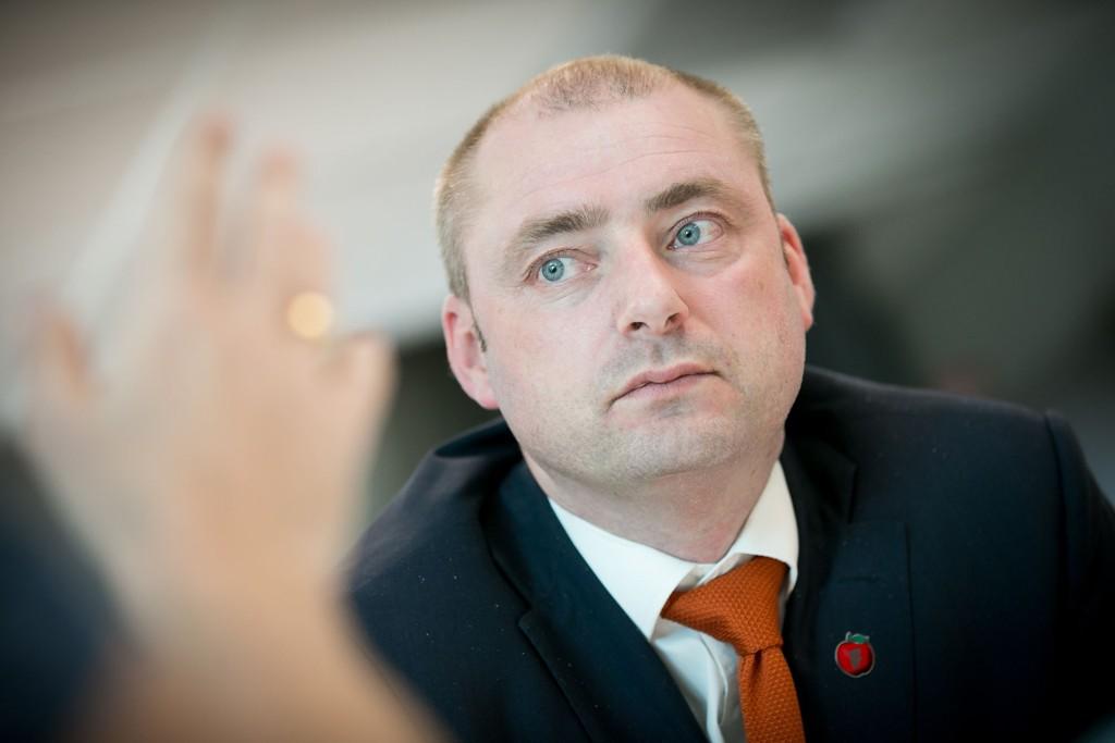 BLE UTFORDRET: Arbeidsminister Robert Eriksson (Frp) kom ikke inn på permitteringsreglene da han mandag talte til Fellesforbundets landsmøte, men ble kraftig utfordret på temaet av flere delegater i debatten som fulgte.