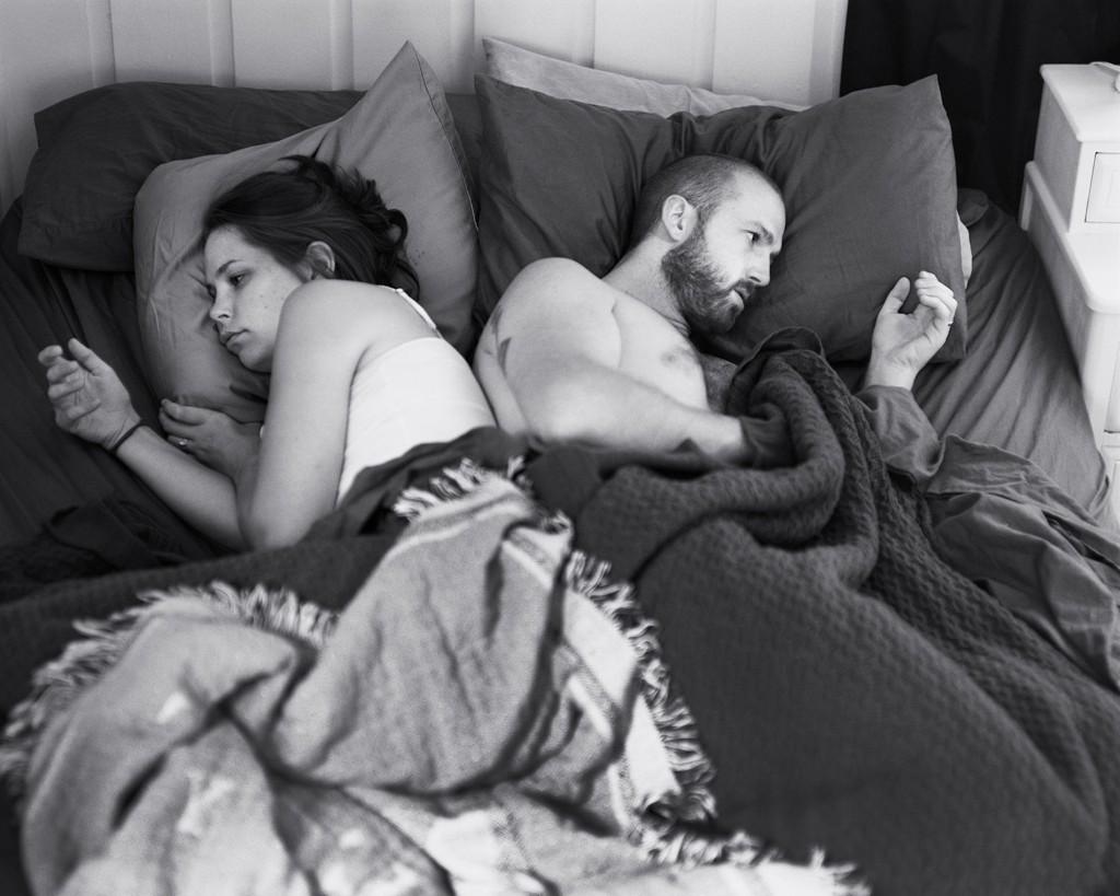 DETTE ER en kjent situasjon for mange par. Hva er det egentlig vi gjør på telefonen hele tiden?