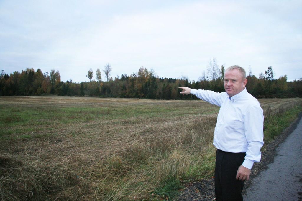 STERKT SKEPTISK: Frp-politiker Kjetil Bartholt peker på et av skogholtene som Statens vegvesen vil gjøre om til dyrket mark i Ski og Ås. Jordflyttingsprosjektet i forbindelse med utbyggingen av ny E18 er estimert til å koste 160 millioner kroner.