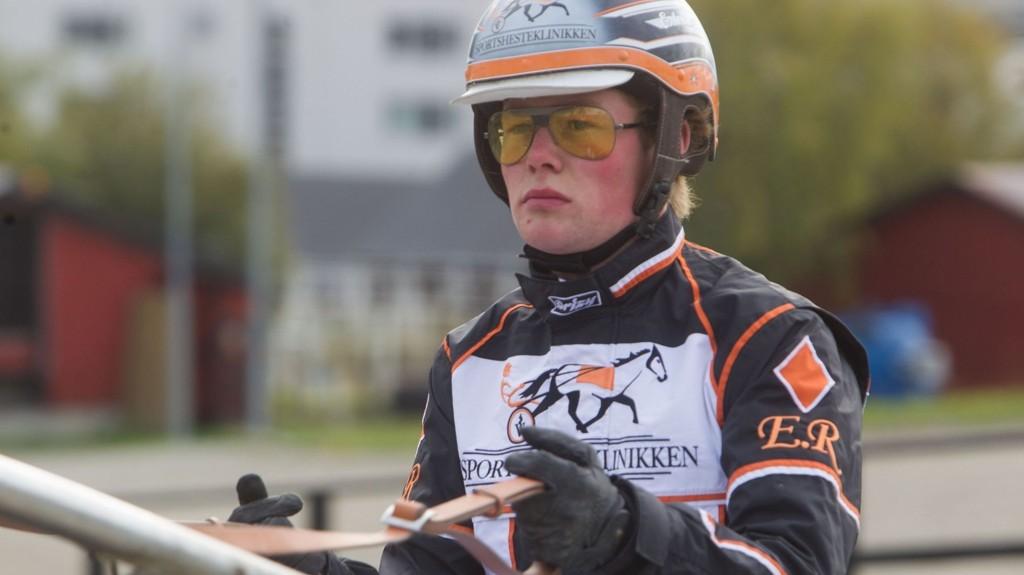Dyktige Erlend Rennesvik kusker Nettavisens V5-banker på Momarken lørdag. . Foto: Anders Kongsrud/www.hesteguiden.com.