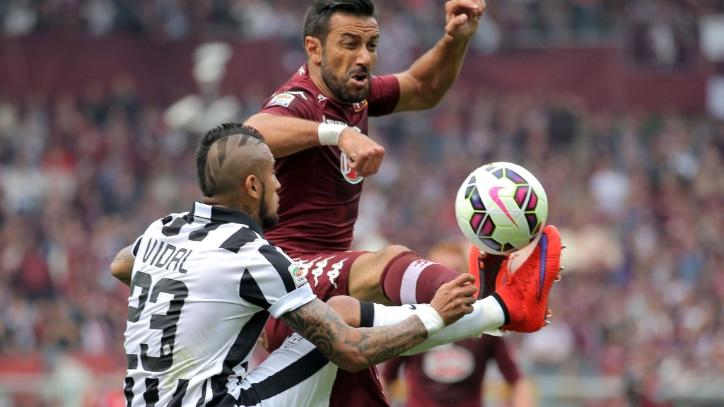 Fabio Quagliarella her i duell mot daværende Juventus-spiller Vidal i en seriekamp i vår. AFP PHOTO / MARCO BERTORELLO