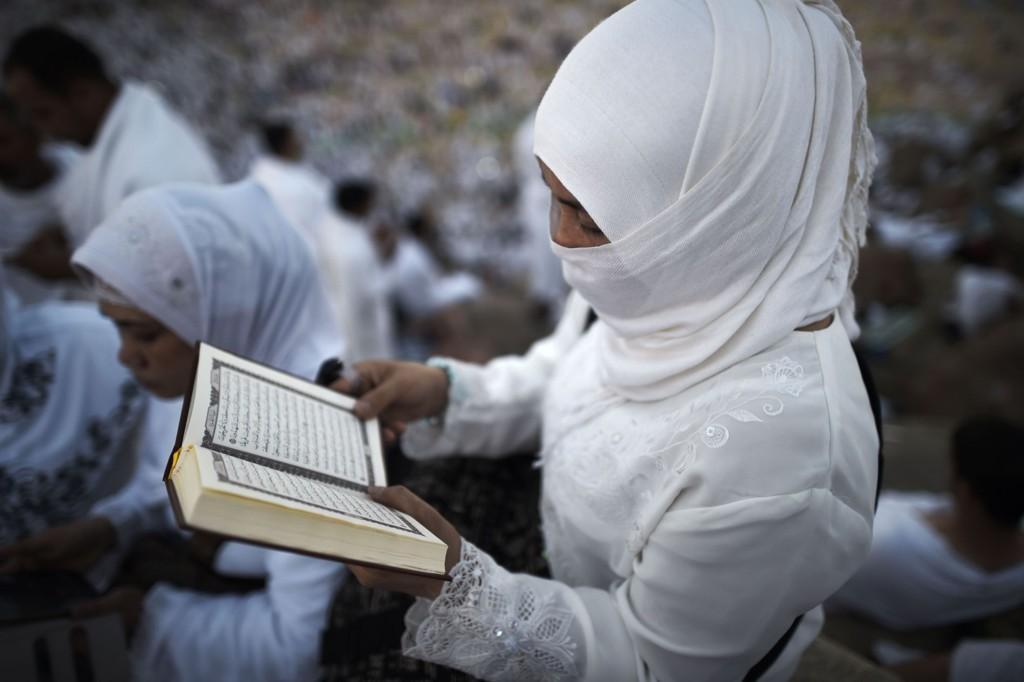 Illustrasjonsfoto: Muslim leser Koranen. 26,5 prosent av danske muslimer mener både grunnloven og Koranen bør danne utgangspunktet for lovgivingen i en ny undersøkelse.