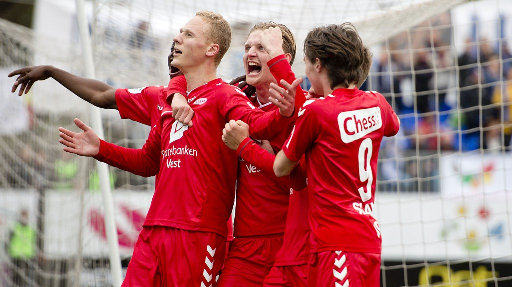 Kristoffer Barmen (fra venstre), Erik Huseklepp og Kasper Skaanes etter Barmens staffescoring borte mot Kristiansund.