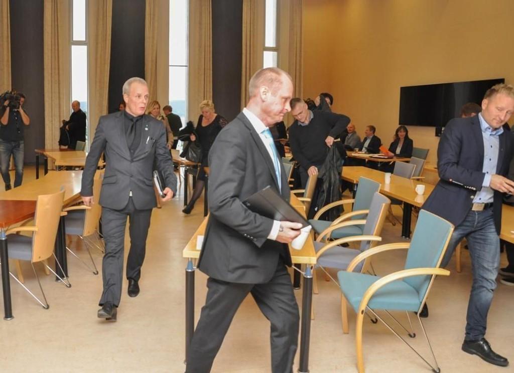 Representantene fra Frp og fire andre partier stormet ut av kommunestyresalen.