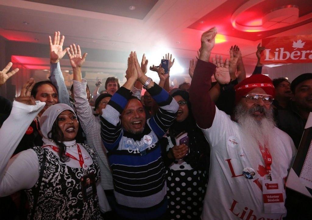 Medlemmer av det liberale partiet jubler over seieren ved valget i Canada.