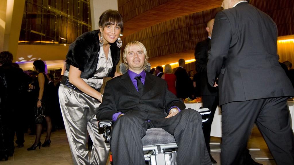 10 ÅR: Dagfinn Enerly (42) er fast bestemt på å gå igjen. For ti år siden skadet han nakken og ble lam fra halsen og ned under en eliteseriekamp. Her er Enerly og kona Mona før utdelingen av Gullballen 2009 i Den Norske Opera.