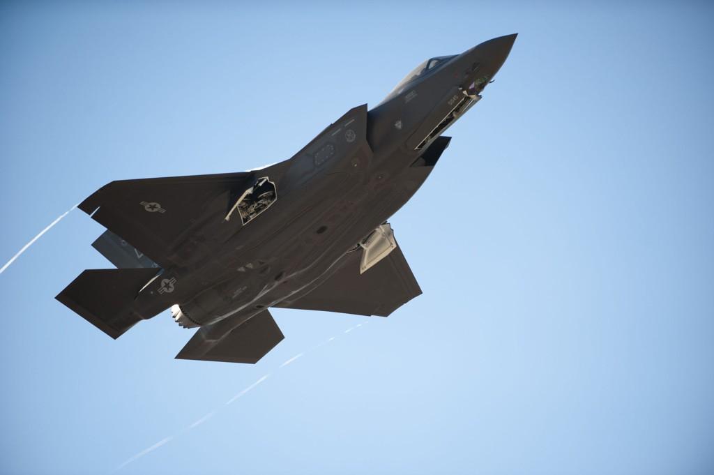 Dersom planen om å kjøpe 52 kampfly følges, vil ekstraregningen for Norge bli rundt 400-450 millioner kroner med dagens dollarkurs, skriver Aftenposten torsdag.