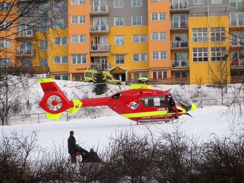 Bare 51 prosent av pasientene som ankom sykehus med alvorlig skade i 2013, hadde fått hjelp av anestesilege under transport med bil eller luftambulanse. Illustrasjonsbilde norske luftambulanser.