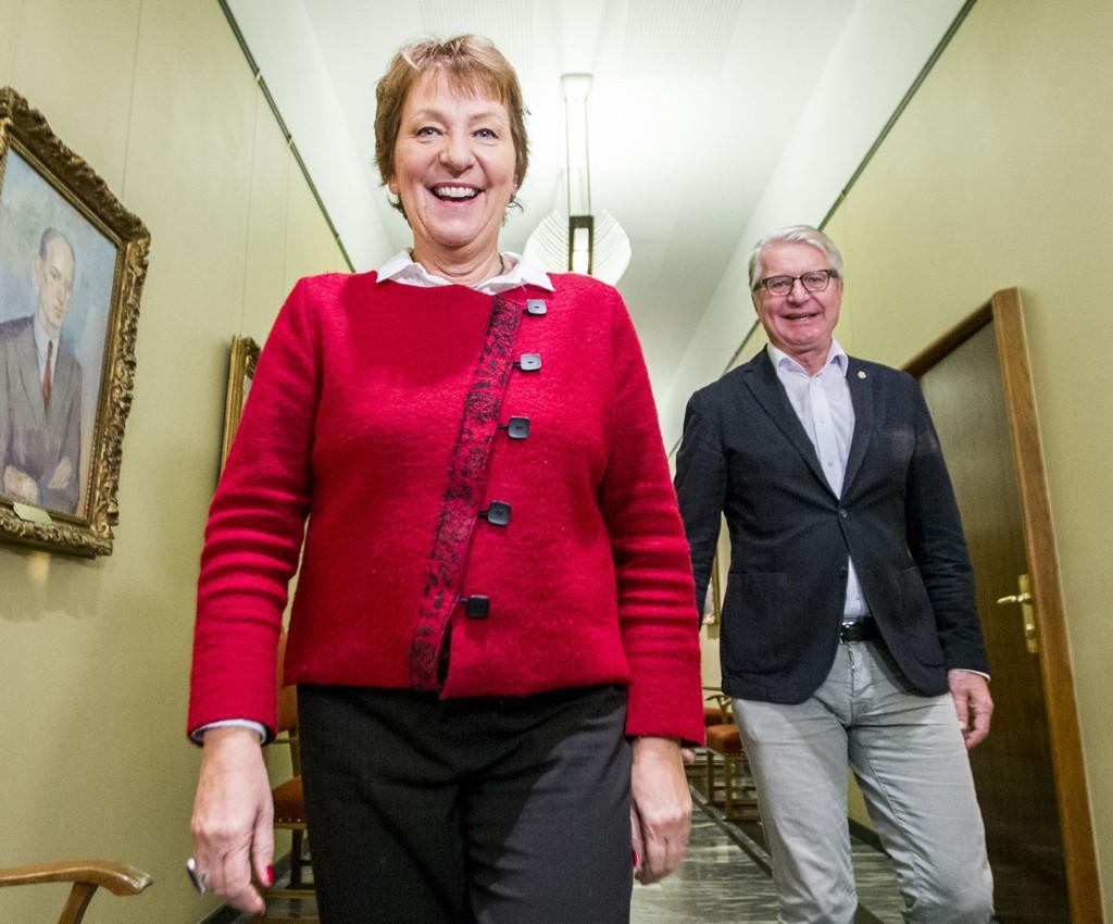 Oslo 20151022. Oslo-ordfører Marianne Borgen (SV) og avtroppende ordfører Fabian Stang (H) ankommer nøkkeloverrekkelsen på ordførerens kontor i Oslo rådhus torsdag formiddag.