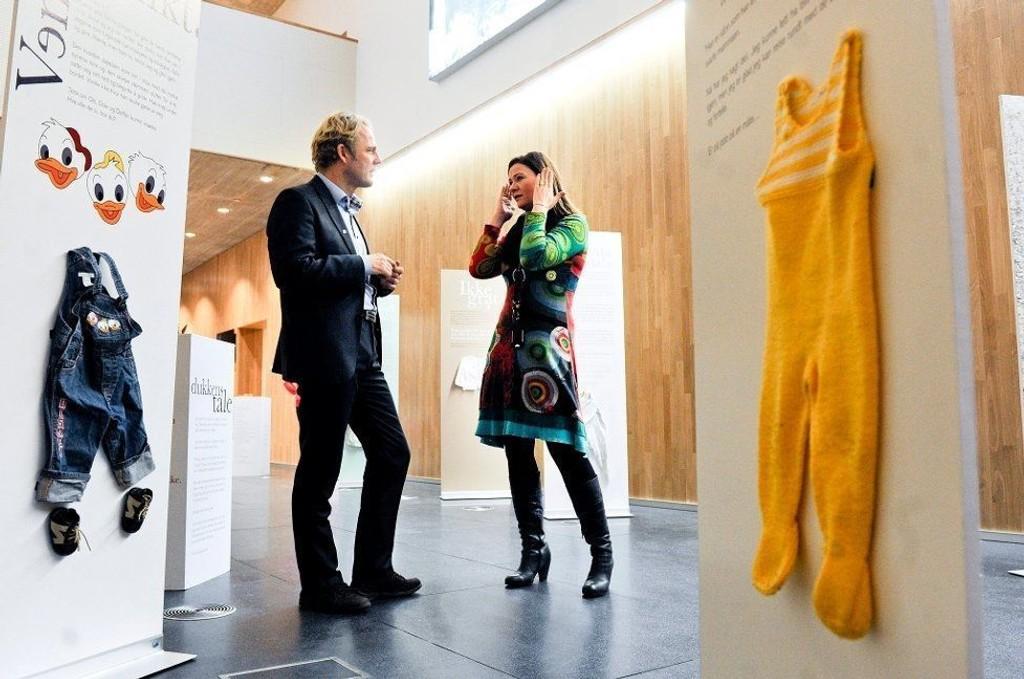 LARS DUE-TØNNESSEN: Lars Due-Tønnessen er spesialrådgiver i Redd Barna. Her sammen med leder Wanja Sæther ved krisesenteret i Salten.
