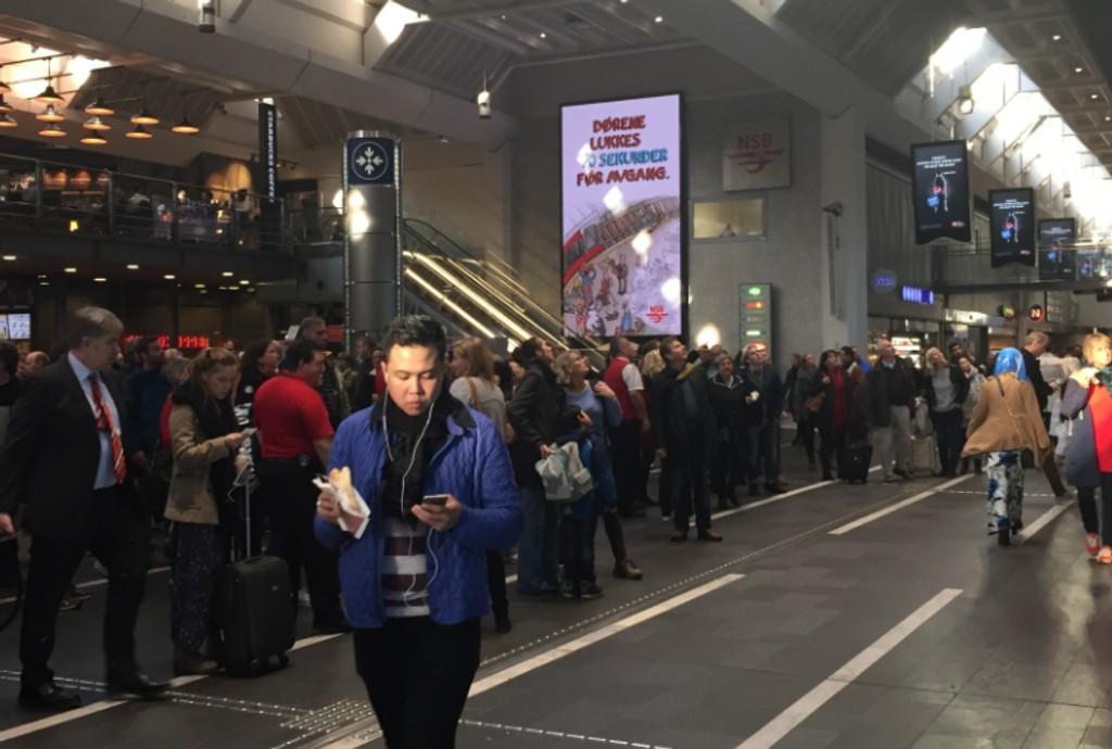 FULL STANS: Feil på signalanlegget skaper trøbbel for reisende på Oslo S torsdag ettermiddag.