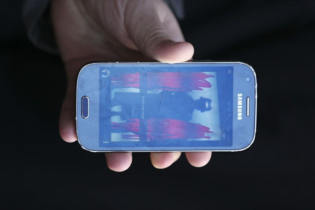 En jente tok dette bildet av det som skal være gjerningsmannen sammen med to av jentas venninner før angrepet i Trollhättan.