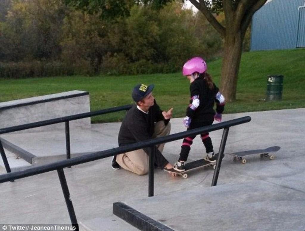 DEN HJELPSOMME GUTTEN: Her får Jeanean Thomas' datter god hjelp av en av guttene i skateparken.
