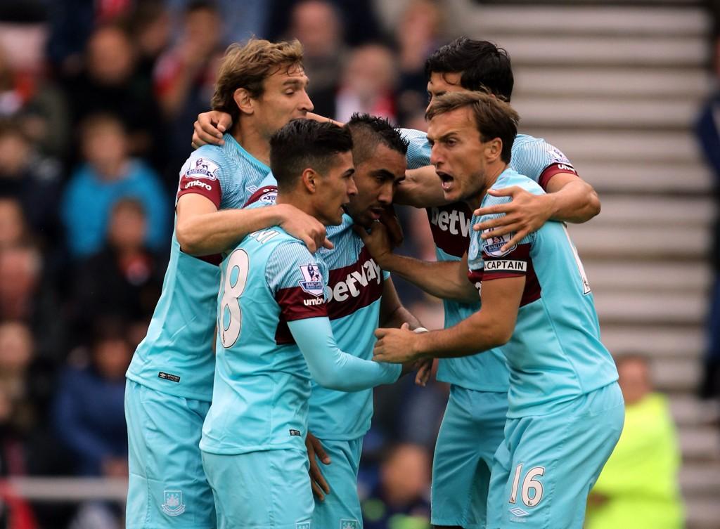 I KNALLFORM: West Ham jubler etter at Dimitr Payet (i midten) scoret mot Crystal Palace forrige helg.