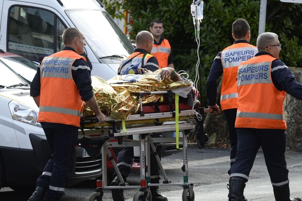 Ambulansepersonell frakter bort en skadet person fra ulykkesstedet i Puisseguin nær Libourne i Frankrike. Minst 42 er døde, melder flere medier.