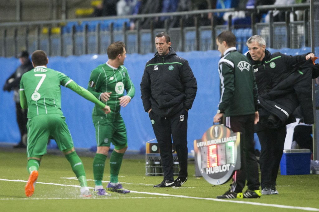 Det var dårlig stemning da Celtics trener Ronny Deila bytter ut Kris Commons i torsdagens europaligakamp i Molde.