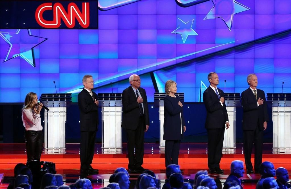 TO AV FEM ER UTE: Jim Webb (til venstre) og Lincoln Chafee (til høyre) har trukket seg i løpet av de ni dagene som har gått siden denne debattsendingen til CNN.