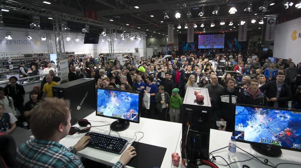 En scene fra Spillexpo 2014, hvor hundrevis av ungdommer flokker seg foran noen av Norges mest kjente Youtube-ansikter.