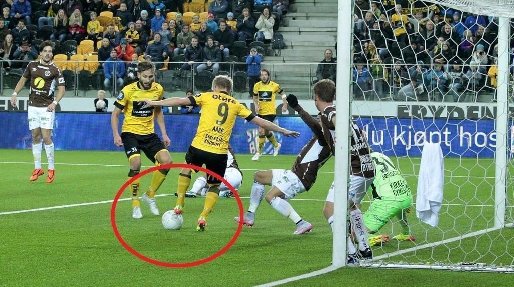 FREKT: Her scorer Daniel Aase et kunstverk av en scoring med hælen.
