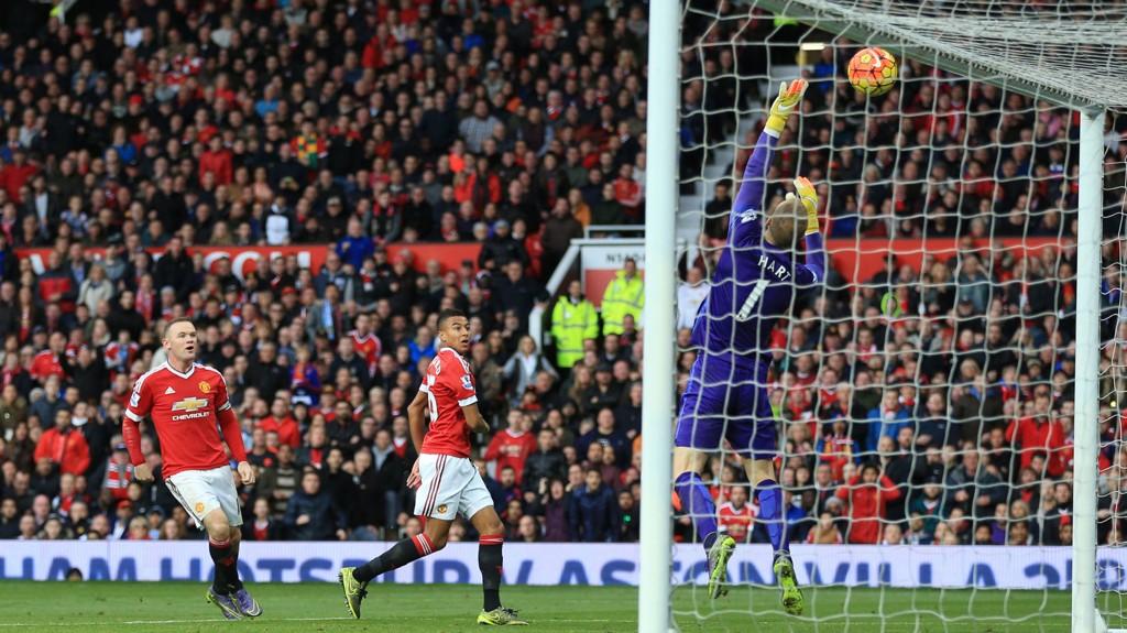 BARE NESTEN: Manchester Uniteds Jesse Lingard (midten) ser avslutningen sin gå i tverrliggeren bak Manchester Citys sisteskanse.