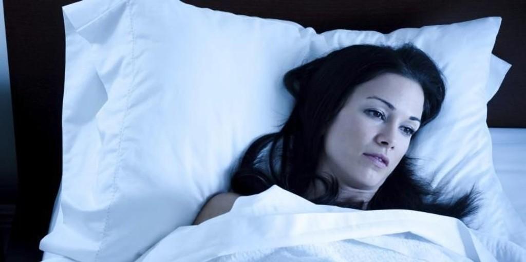 SØVN: Å ligge søvnløs er noe mange sliter med - og det er ifølge danske og amerikanske forskere ikke heldig å sove for lite over lang tid.