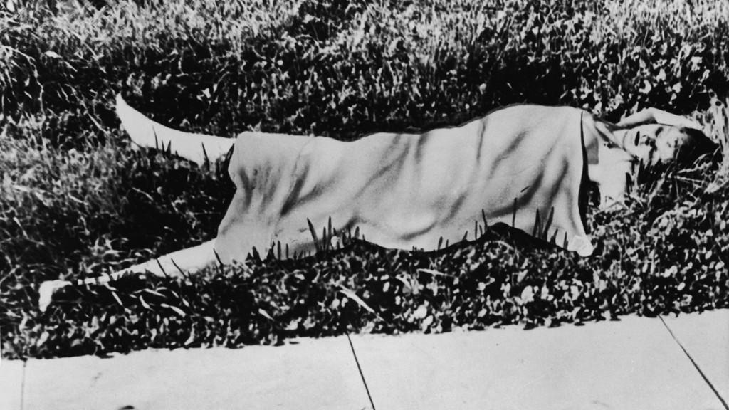 DREPT: Liket av et drapsoffer ligger på gresset utenfor en bygning i Los Angeles. Kvinnen var stygt lemlestet og kroppen var delt i to ved livet. Drapet er fremdeles uoppklart.