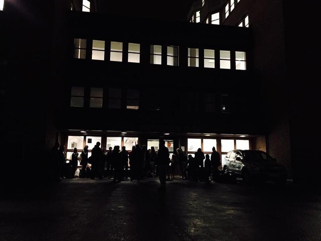 Asylsøkere venter utenfor Politiets utlendingsenhet på Tøyen i Oslo.