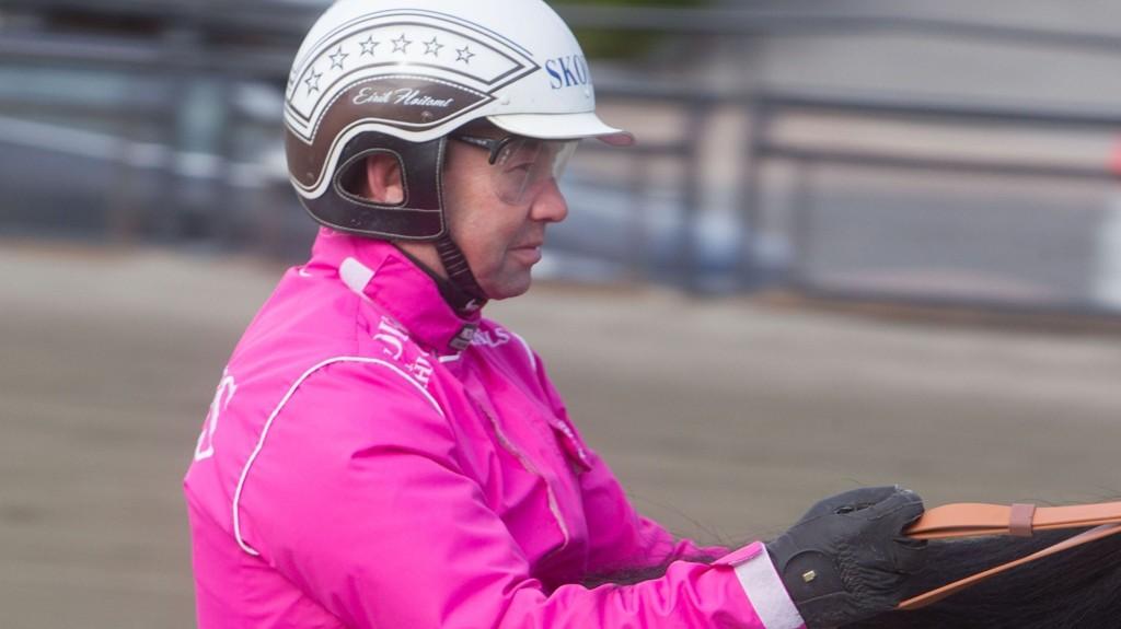 En konsentrer Eirik Høitomt i sin nye rosa kjøredrakt Foto: Anders Kongsrud/www.hesteguiden.com.