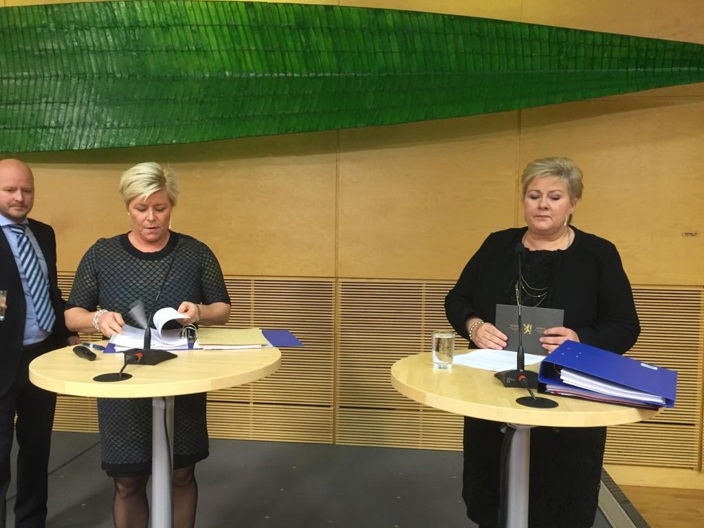 Finansminister Siv Jensen og Erna Solberg legger frem tillegget til neste års statsbudsjett.