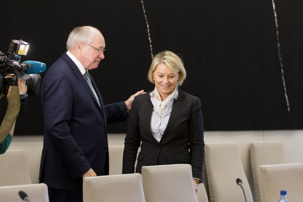Næringsminister Monica Mæland (H) møter i kontroll- og konstitusjonskomiteens åpne høring om Vimpelcom-saken i Stortinget i Oslo tirsdag. Her med komiteleder Martin Kolberg (Ap).