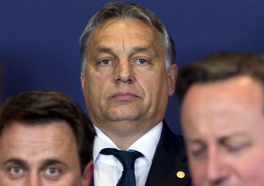Ungarns statsminister Victor Orban (i midten) hevder venstresiden og «pengeflyttere» har skylden for flyktningkrisen i Europa.