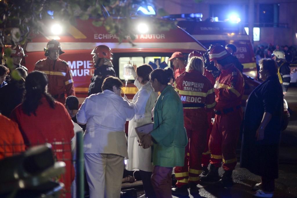 NATTKLUBB-BRANN: Ambulansepersonell jobber utenfor nattklubben i Bucuresti hvor minst 27 personer mistet livet under en brann fredag.