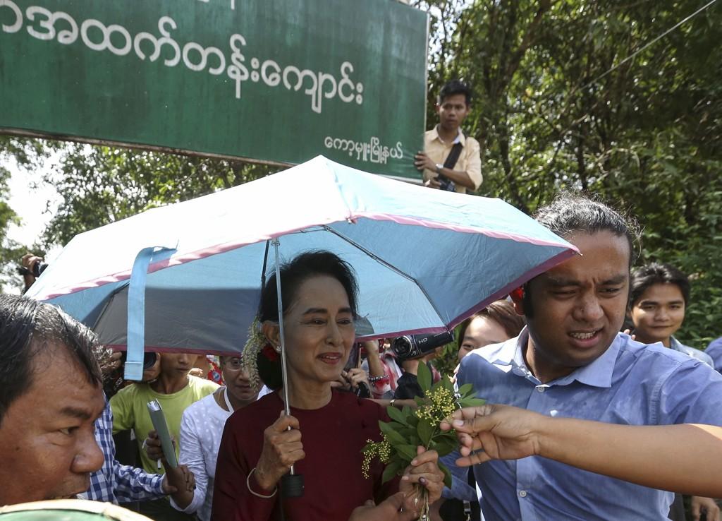 NLD, som ledes av Aung San Suu Kyi, antas å ha gjort det svært godt i det første frie valget i Myanmar siden 2011. Her fotografert utenfor et stemmelokale søndag 08.11.15.