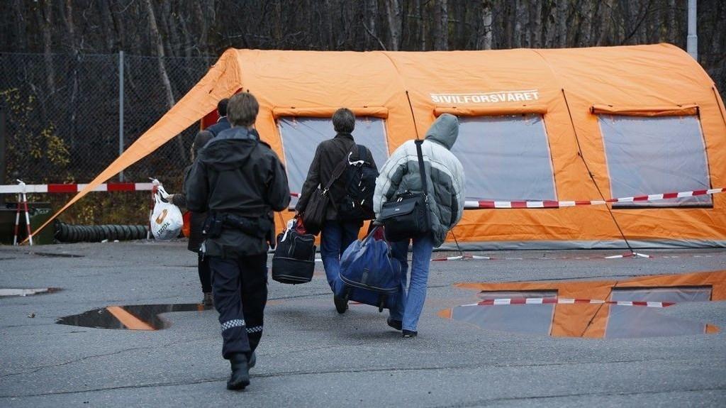 Ordfører i Sør-Varanger, Rune Rafaelsen (Ap), er opprørt over at flere av asylsøkerne som nå kommer over grensa ved Storskog og inn i kommunen, har bodd og arbeidet flere år i Russland. På bildet: En gruppe asylsøkere som har kommet over Storskog grensekontrollsted utenfor Kirkenes20151020.