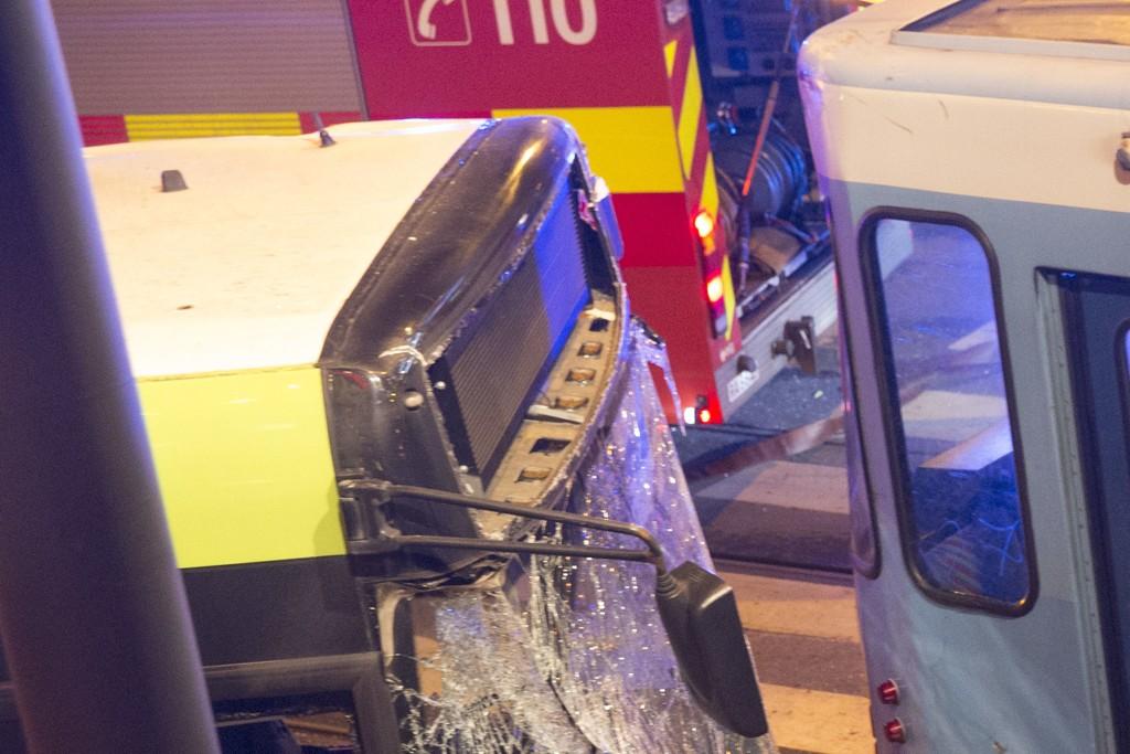 KOLLISJON: En trikk og en buss kolliderte i november i fjor i krysset Munkedamsveien/Cort Adelersgate i Oslo. 13 personer ble er tatt hånd om av helsepersonell. Store styrker fra redningsetatene var raskt på stedet. Foto: Terje Bendiksby / NTB scanpix
