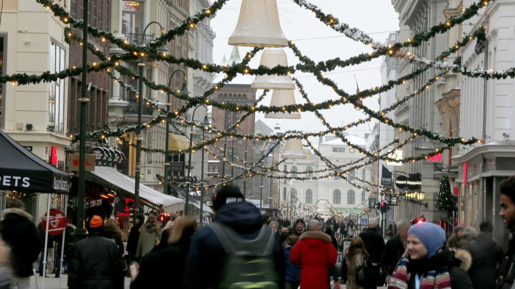 I snitt kommer hver nordmann til vil legge igjen litt over 10.700 kroner i landets detaljhandelsbedrifter i desember. Julehandel i utenlandske nettbutikker er ikke med i regnestykket.