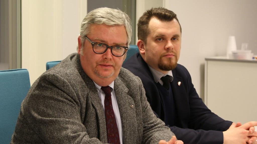 - Russland har ingenting med den norske flyktningstrømmen å gjøre. Norge er for snille, og derfor strømmer det til med asylsøkere, sier Russlands generalkonsul i Kirkenes, Sergey Shatunovskiy-Byurno (t.v.). Her med visekonsul Igor Lapitskiy.