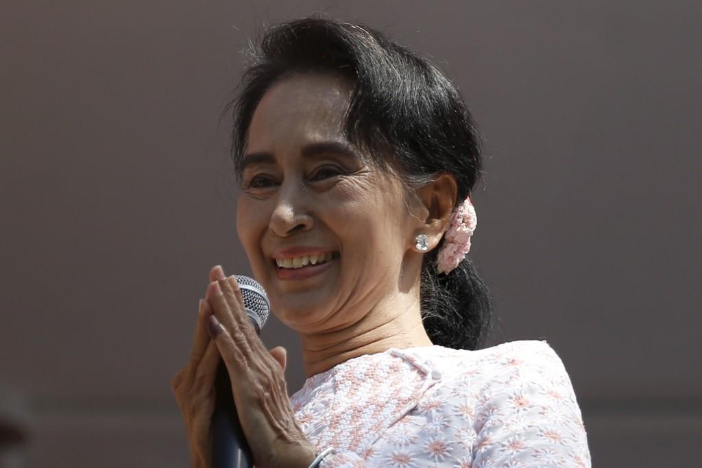 Fredsprisvinner Aung San Suu Kyi oppfordrer sine tilhengere til ikke å provosere de militære etter søndagens valgseier.