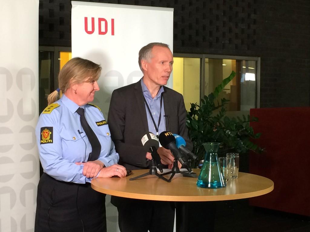PRESSEKONFERANSE: UDI-sjef Frode Forfang (t.h.) øker kapasiteten.