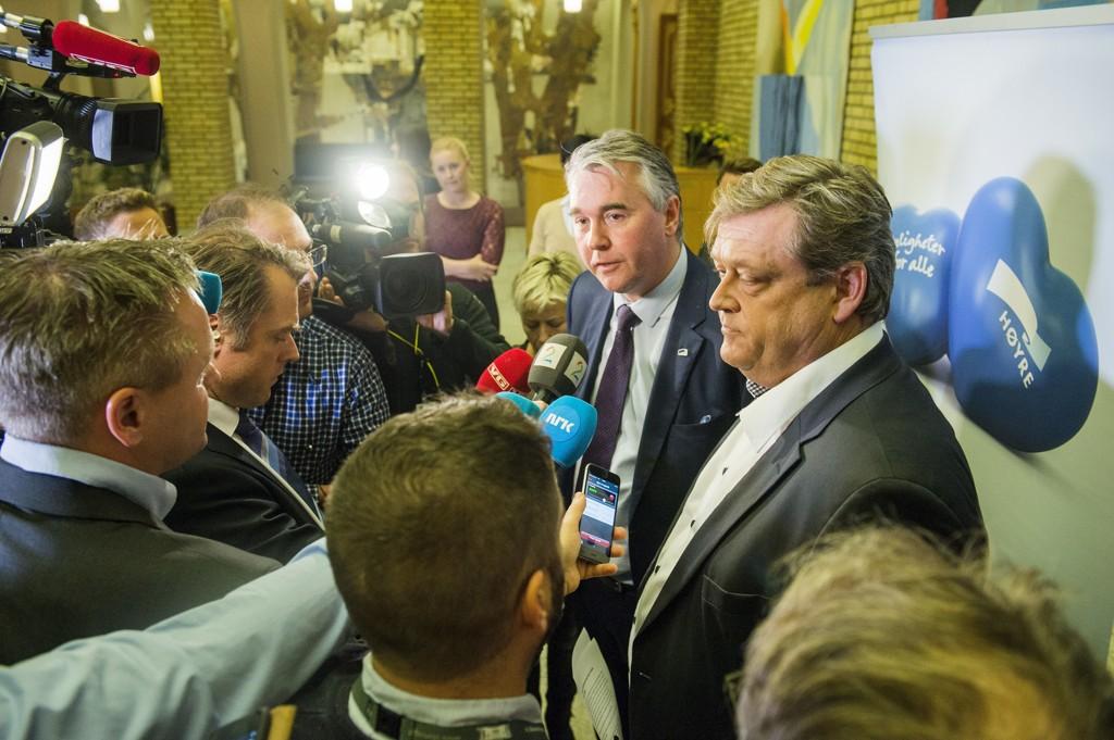 De parlamentrarisk lederne i Høyre, Trond Helleland (t.v) og Harald Nesvik (FrP) holdt en pressebreif i vandrehallen på Stortinget mandag kveld i forbindelse med at de presentere forslag til tiltak for håndtere asyltilstrømningen.