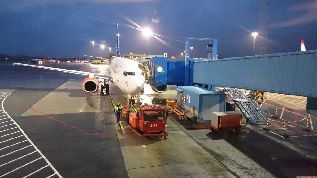 UVÆR: SAS-flyet fikk hard medfart da det landet på Bergen lufthavn Flesland mandag ettermiddag. Her står erstatningsflyet ved Gate 29.