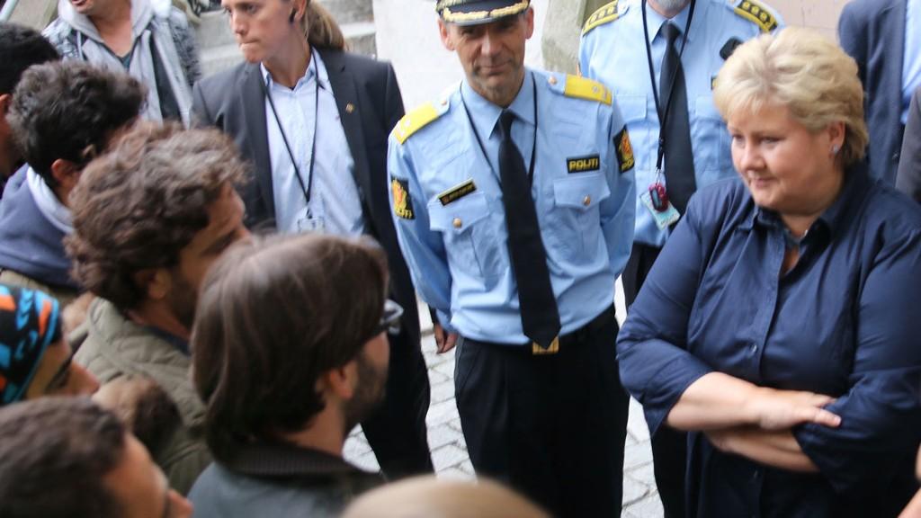 Statsmininister Erna Solberg famler fortsatt etter en løsning på asylstrømmen som Russland slipper over grensen ved Kirkenes. Her er statsministeren på besøk hos Politiets utlendingstjeneste.