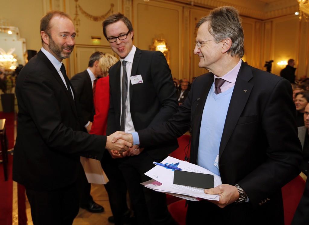 Trond Giske hilser på daværende Telenor-sjef Jon Fredrik Baksaas under en konferanse i 2013.