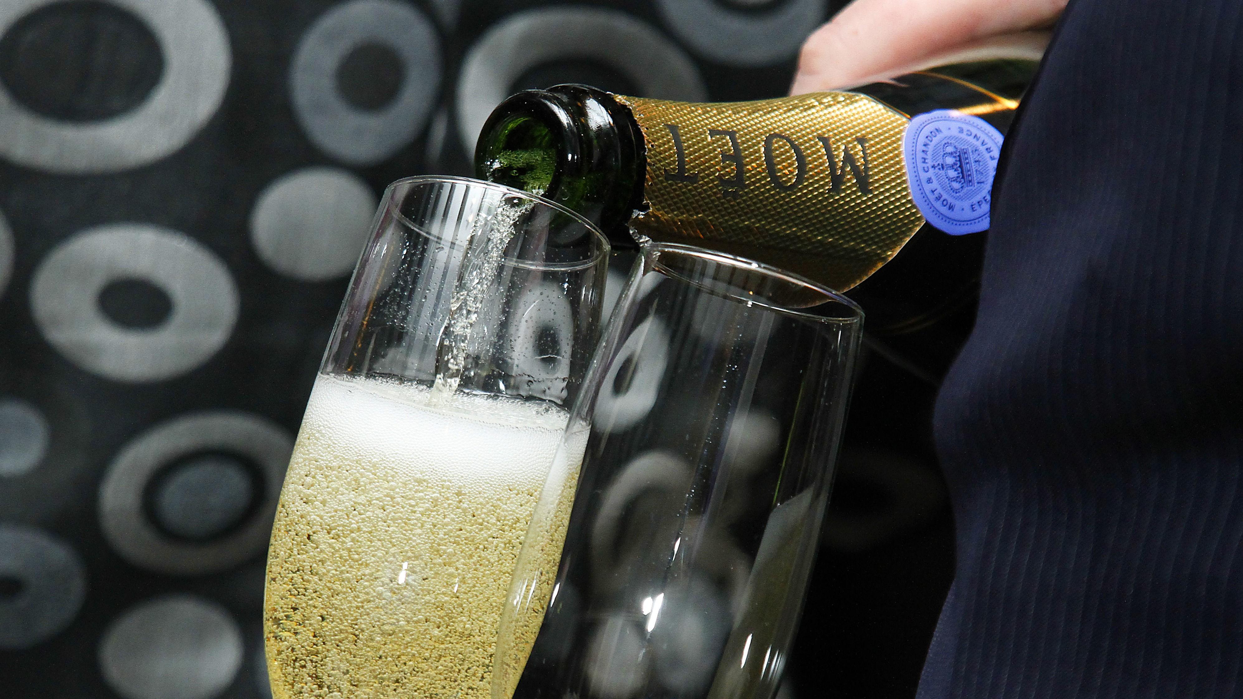 SKÅL! Tre glass champagne i uka kan redusere risikoen for demens og Alzheimers, viser forskning utført ved universitetet i Reading.