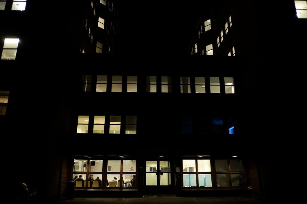 VENTER PÅ REGISTRERING: Et antall asylsøkere sitter i registreringskø hos Politiets Utlendingsenhet på Tøyen i Oslo. Til tider er det stor pågang og lange køer her.